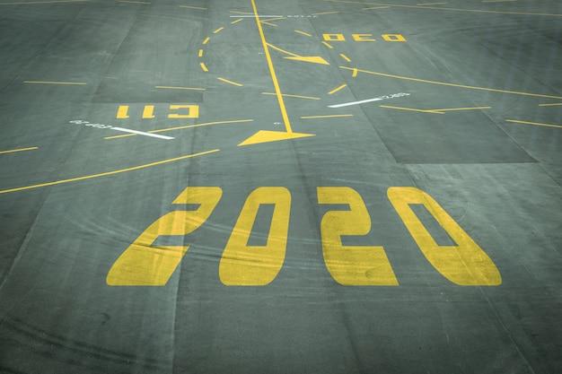 Het 2020-nummerbord op de start- en landingsbaan van de luchthaven toont binnenkort de nieuwjaarsreceptie. Premium Foto