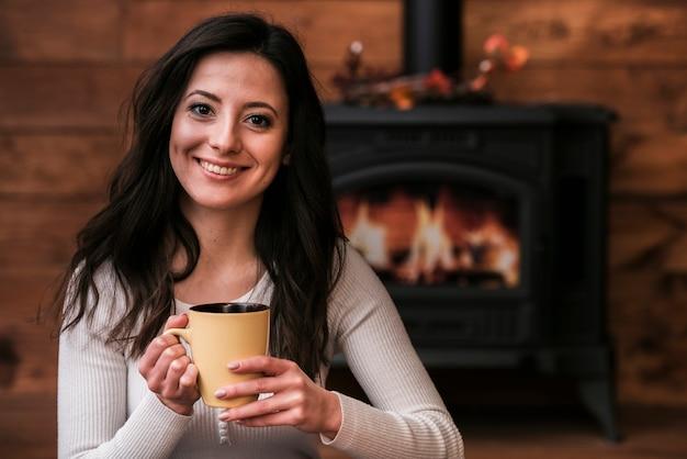 Het aanbiddelijke jonge vrouw glimlachen Gratis Foto