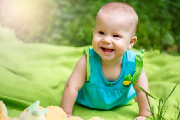 Het aanbiddelijke spelen van het meisje van de baby van de peuter Premium Foto