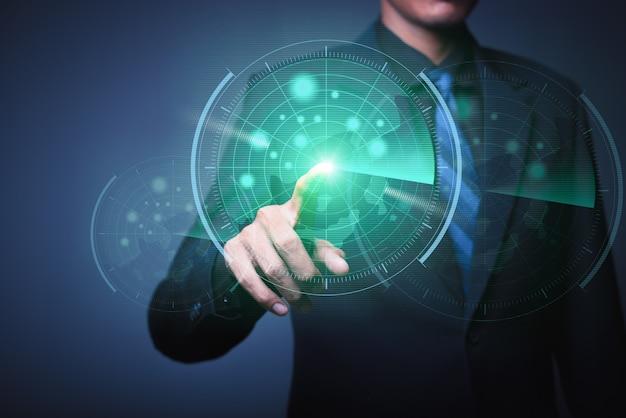 Het abstracte beeld van zakenman die een pijltje werpt aan futuristisch doelhologram Premium Foto