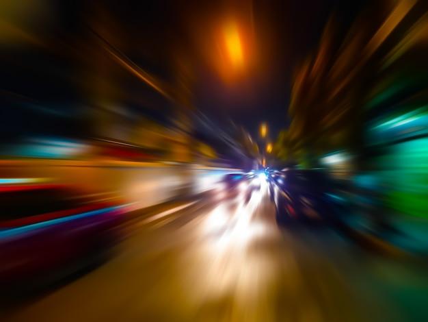 Het abstracte onduidelijke beeld van de snelheidsmotie in stad op het neonlicht van de nachtweg. Premium Foto
