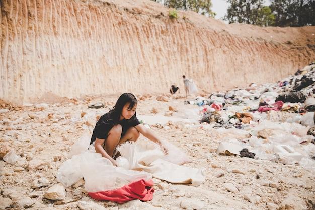 Het arme kind op de vuilstort kijkt hoopvol vooruit Gratis Foto
