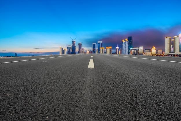 Het asfaltweg van de luchtweg en de commerciële bouw van moderne stedelijke gebouwen in suzhou Premium Foto