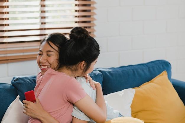 Het aziatische lesbische lgbtq vrouwenpaar stelt thuis voor Gratis Foto