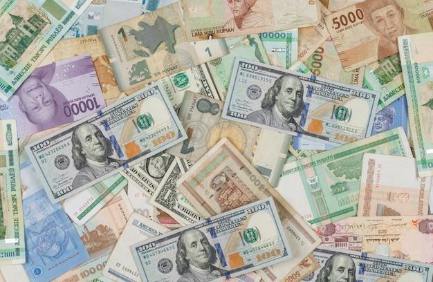 Het bedrijfs en financiële concept op stapel van geldvlakte als achtergrond lag. Gratis Foto