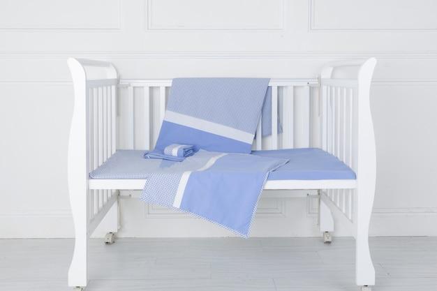 Het beeld van het bed van het kind onder de witte achtergrond Premium Foto