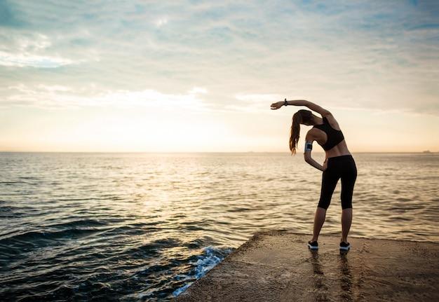 Het beeld van jonge mooie fitness vrouw maakt sportoefeningen Gratis Foto
