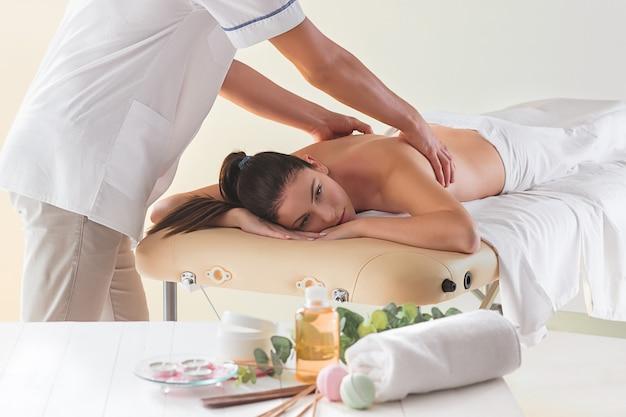 Het beeld van mooie vrouw in massagesalon Gratis Foto
