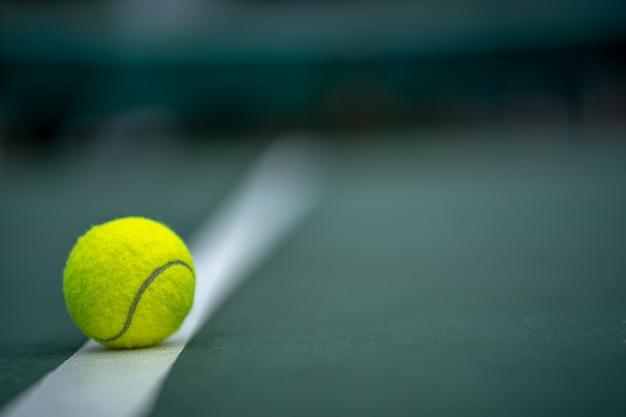 Het begin van een kampioen, close-up tennisbal op de achtergrond van de rechtbanken. Premium Foto