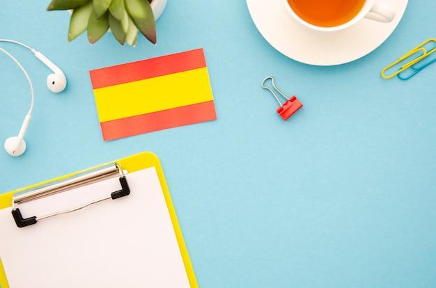 Het bestuderen van spaanse hulpmiddelen op blauwe achtergrond Gratis Foto