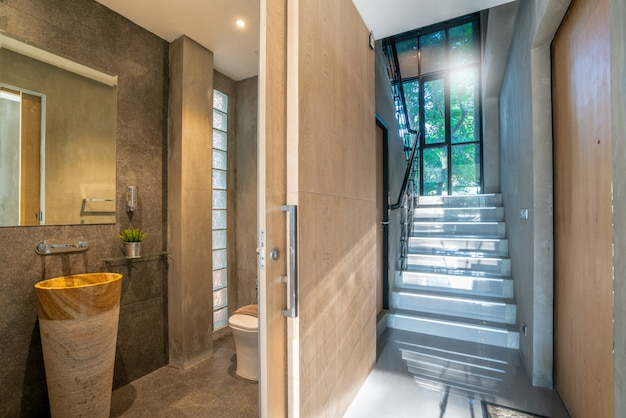 Het binnenlandse ontwerp van het ganghuis met trede en badkamers in het huis of huis Premium Foto