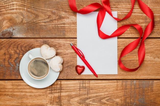 Het blanco vel papier en pen met kleine harten Gratis Foto