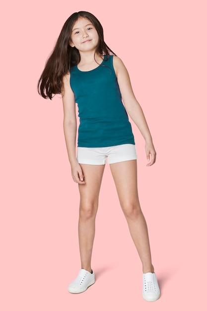 Het blauwe mouwloos onderhemd van het volledige lichaam meisje in studio Gratis Foto