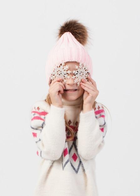 Het blondemeisje die haar gezicht behandelen weet sneeuwvlokken Gratis Foto