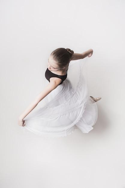 Het bovenaanzicht van de tiener ballerina op wit Gratis Foto