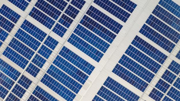 Het bovenaanzicht van de zonnecellen op het dak gemaakt met de drones Premium Foto