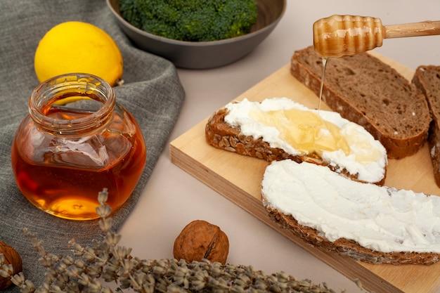 Het broodplakken van de close-up met kaas en honing Gratis Foto