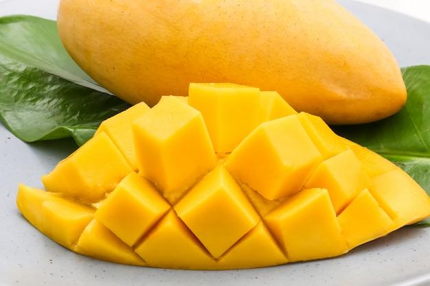 Het close-up macroschot van snijdt mooie gele mango met kleverige rijst Premium Foto