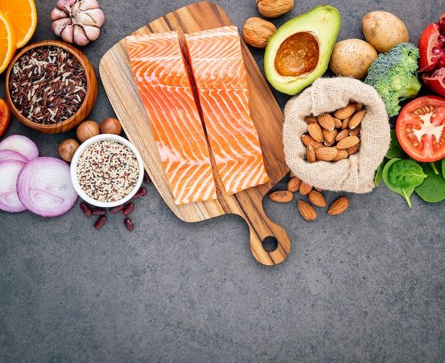 Het concept gezonde voedselopstelling op donkere concrete achtergrondexemplaarruimte. Premium Foto