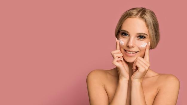Het concept van de huidzorg met mooie vrouw Premium Foto