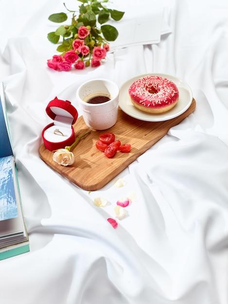 Het concept van de liefdesbrief op lijst met ontbijt Gratis Foto