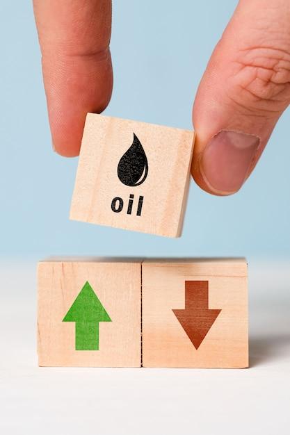 Het concept van dynamiek om de oliekosten te verlagen en te verhogen. Premium Foto