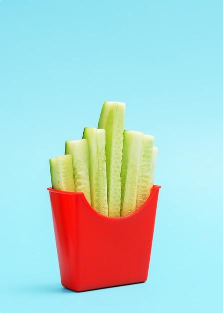 Het concept van gezond eten. een kopje frietjes met gesneden komkommers. Premium Foto