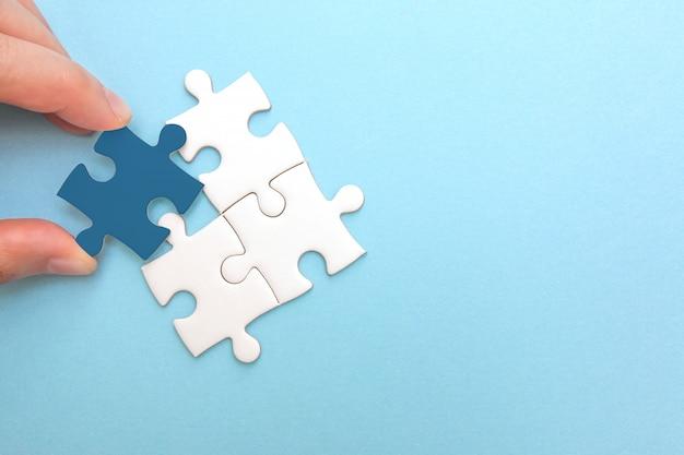Het creëren en ontwikkelen van bedrijfsconcept. puzzelstuk komt niet overeen, idee en succes Premium Foto