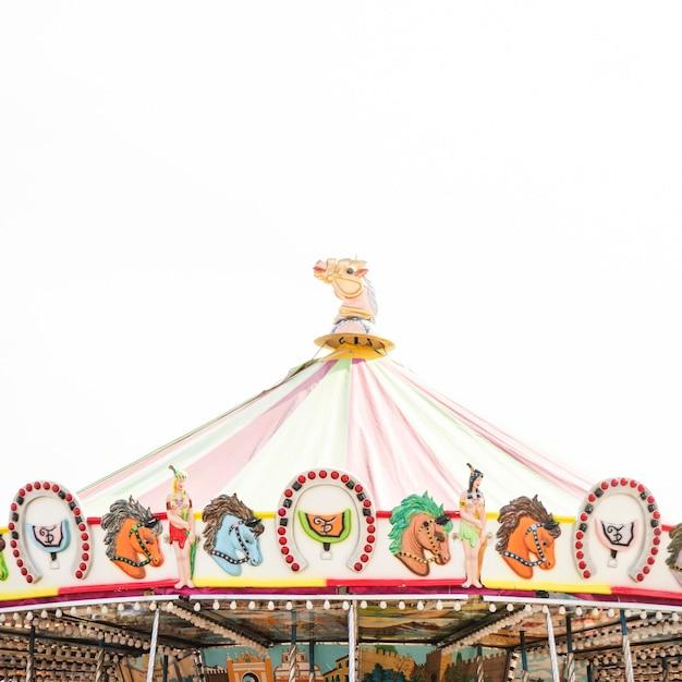 Het dakdecoratie van de carrousel tegen witte achtergrond Gratis Foto