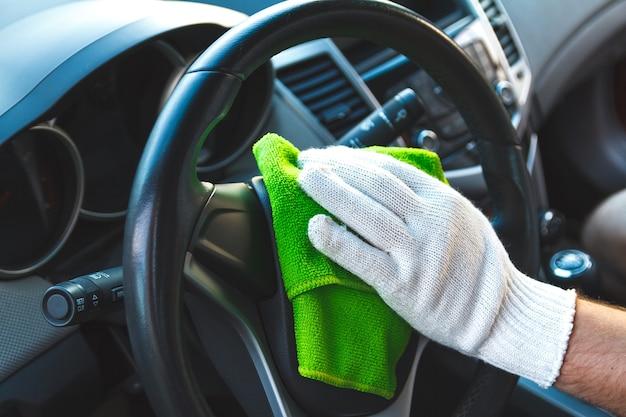 Het dashboard van de auto schoonmaken Premium Foto