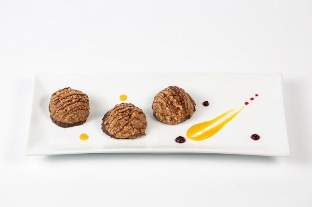 Het dessert van chocoladeballen op de plaat Gratis Foto