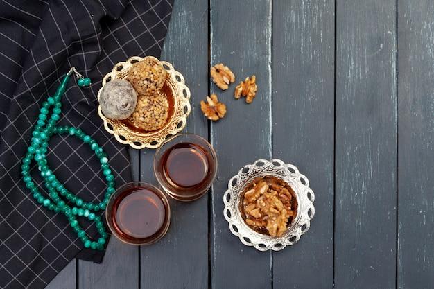 Het dessert van nootballen dat met koffie op donkere houten lijst, hoogste mening wordt gediend Premium Foto