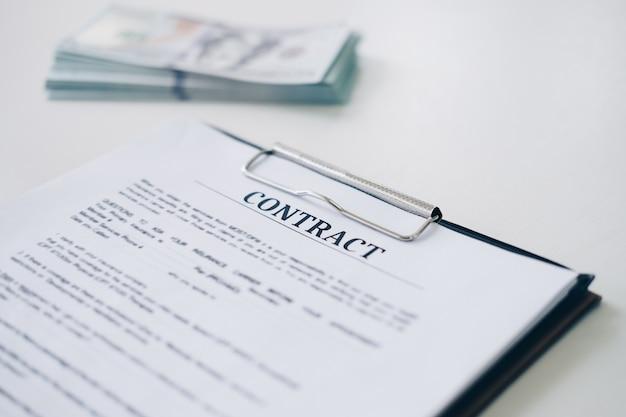 Het document van het verzekeringscontract blad en bedrijfsdocument met geld op achtergrond Premium Foto