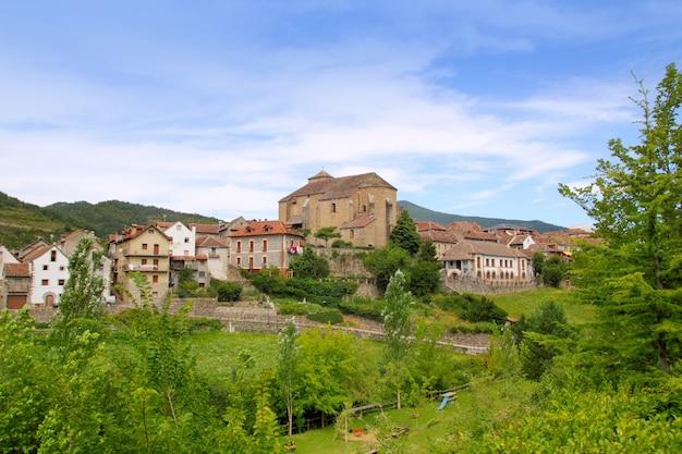 Het dorp van hecho de pyreneeën met romaanse kerk Premium Foto