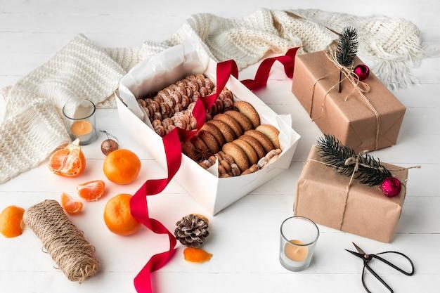 Het eigengemaakte bakkerij maken, peperkoekkoekjes in vorm van kerstboomclose-up. Gratis Foto