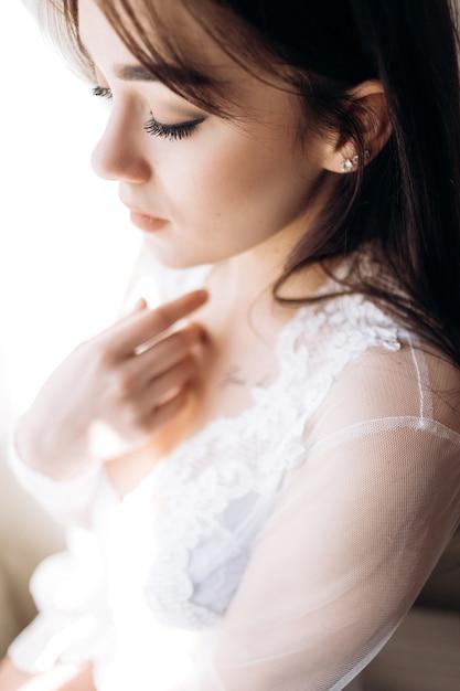 Het elegante meisje staat in de kamer Gratis Foto