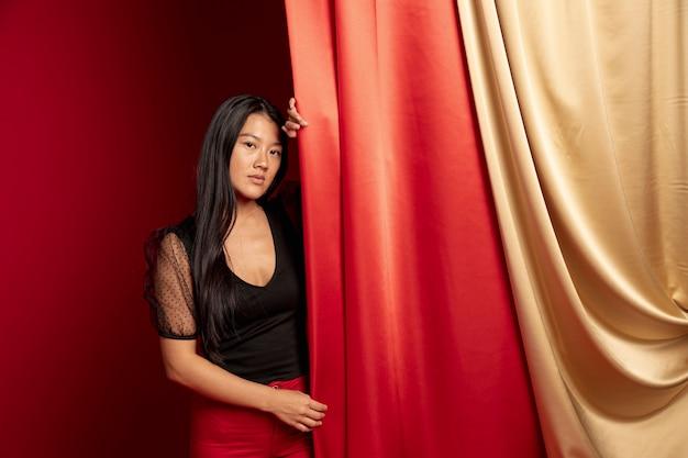 Het elegante vrouw stellen voor nieuw chinees jaar Gratis Foto