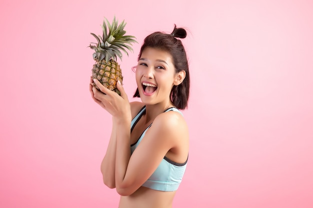 Het fruitvrouw die van de ananas gezond en blij na oefening glimlacht om gewicht te controleren Gratis Foto