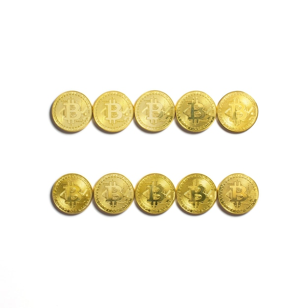 Het gelijke symbool opgemaakt van bitcoin munten en geïsoleerd op een witte achtergrond Gratis Foto