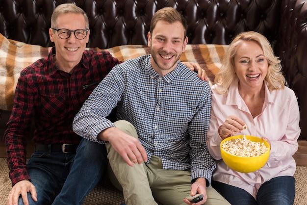 Het gelukkige familie stellen met popcornkom Gratis Foto