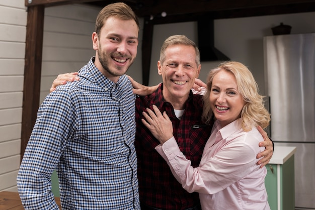 Het gelukkige familie stellen samen in de keuken Gratis Foto