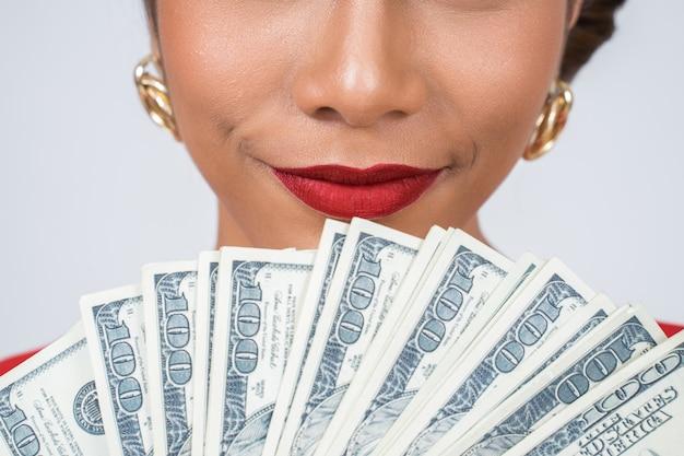 Het gelukkige geld van de de handholding van de manier mooie vrouw Gratis Foto