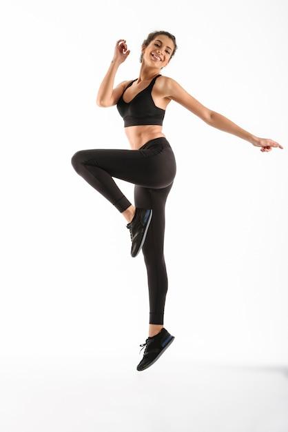 Het gelukkige geschiktheidsvrouw springen Gratis Foto