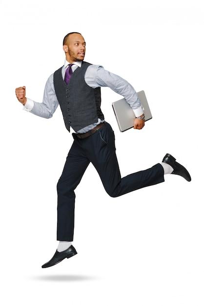 Het gelukkige jonge afrikaanse zakenman hoog springen geïsoleerd op wit. Premium Foto