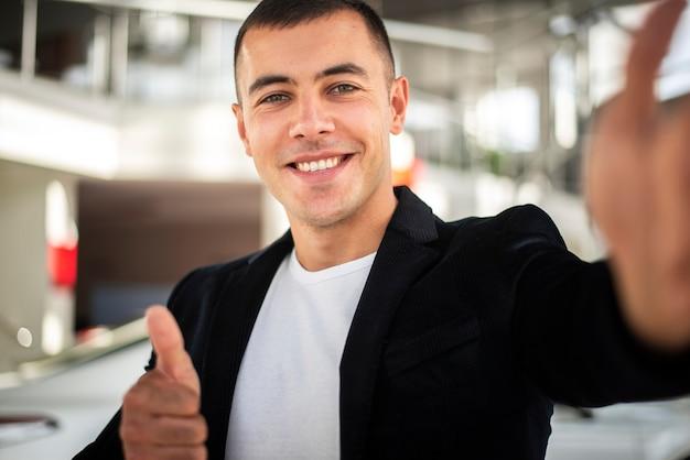 Het gelukkige jonge elegante mens glimlachen Gratis Foto