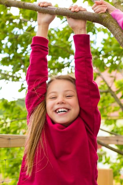 Het gelukkige kind spelen in de tuin Premium Foto