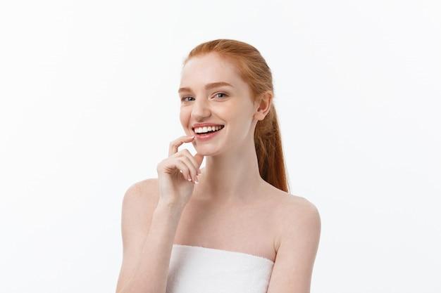 Het gelukkige mooie meisje is gelukkig glimlachend en lachend kijk stright. expressieve gezichtsuitdrukkingen. cosmetologie en spa, huidverzorgingsmodel Premium Foto