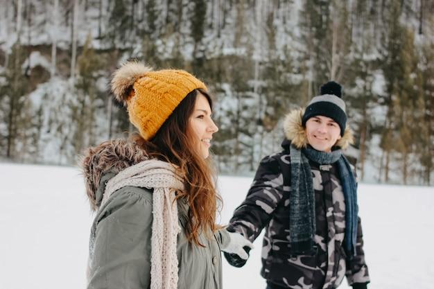 Het gelukkige paar verliefd op het bos natuurpark in het koude seizoen Premium Foto