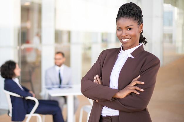 Het gelukkige succesvolle bedrijfsleider stellen Gratis Foto