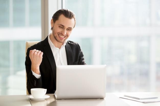 Het gelukkige zakenman vierende bedrijf groeit snel Gratis Foto